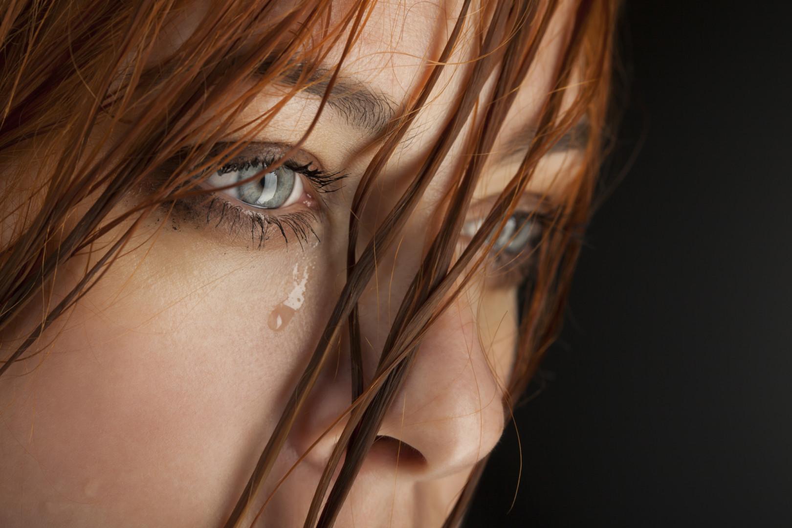 фото со слезой на лице принимает