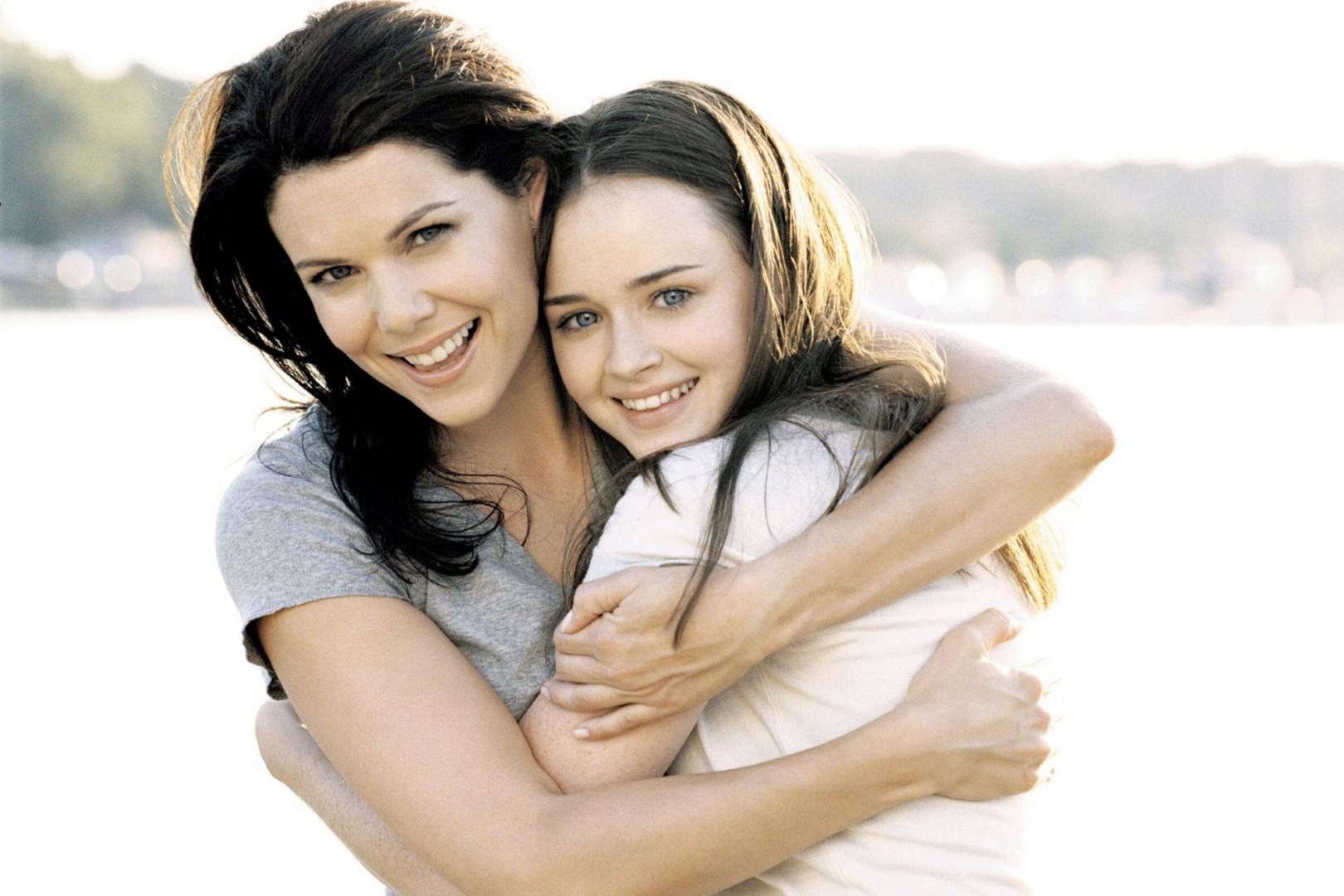 Мамаша и дочь дают молодому